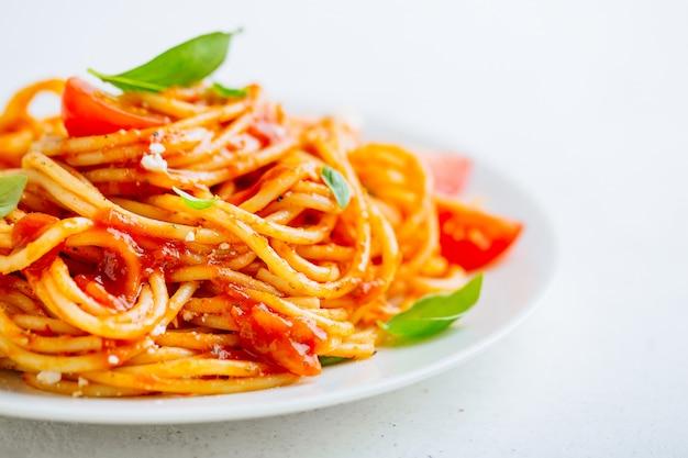 Plato de pasta con salsa de tomate en un plato blanco