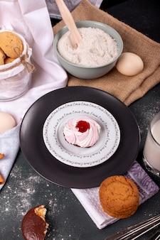 Plato de pastel y galletas con canela