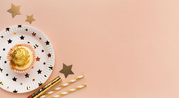 Plato con pastel pequeño