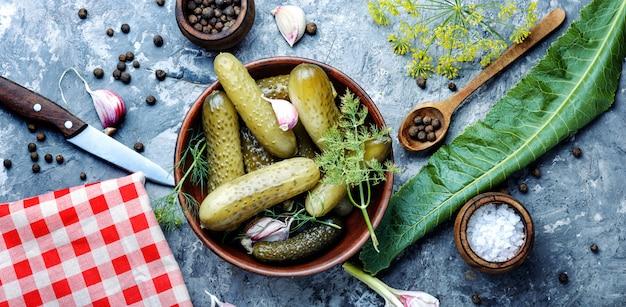 Plato con pepinos en vinagre