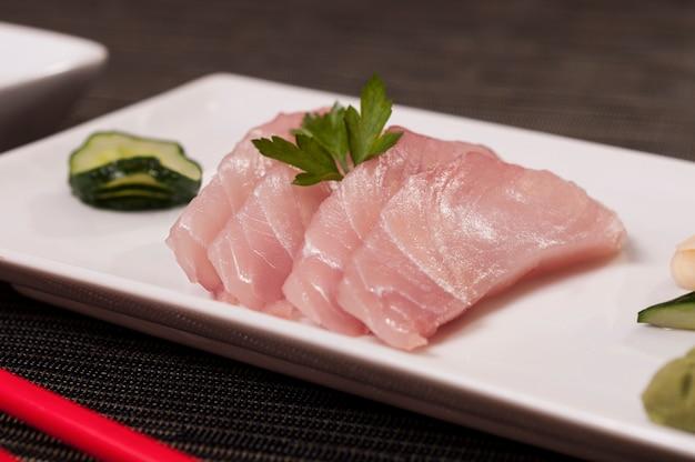 Plato de pescado de comida japonesa con verduras, comida asiática refrescante, pescado fresco, marisco orgánico