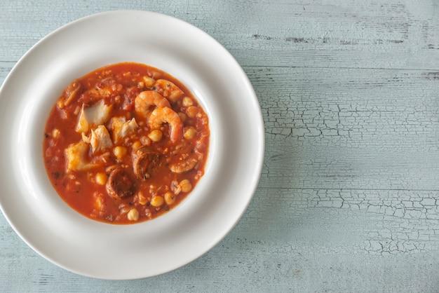 Plato de pescado español y sopa de chorizo