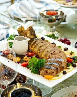 Plato de pescado lavanda relleno de pescado con cebolla, granada, nuez y salsa