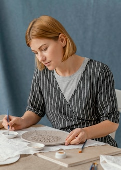 Plato de pintura mujer tiro medio