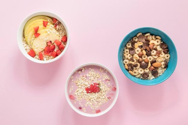Plato plano con cereales y frutas.