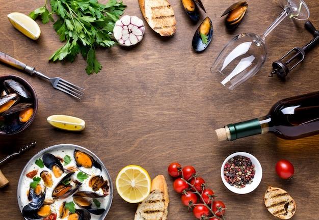 Plato plano de comida mediterránea con mejillones.