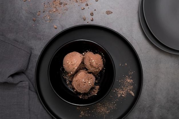 Plato plano con helado de chocolate