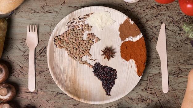 Plato plano con mapa del mundo y frijoles.