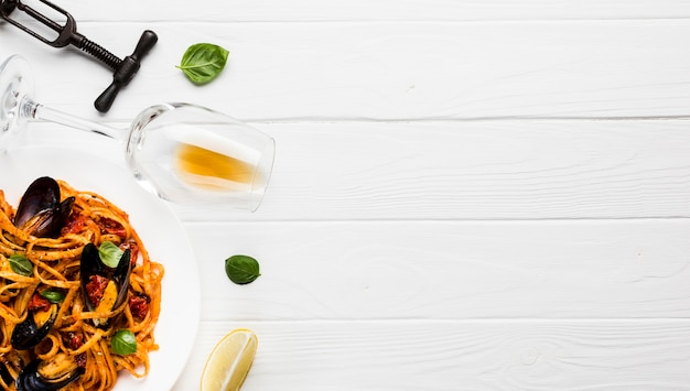Plato plano de pasta de mejillones con copyspace