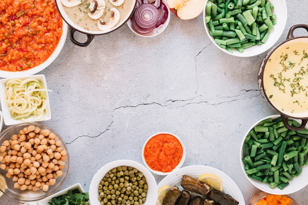 Plato plano de platos con hummus y garbanzos con espacio de copia