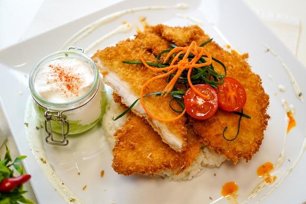 Plato de pollo en una mesa de restaurante