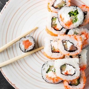 Plato de primer plano con delicioso sushi