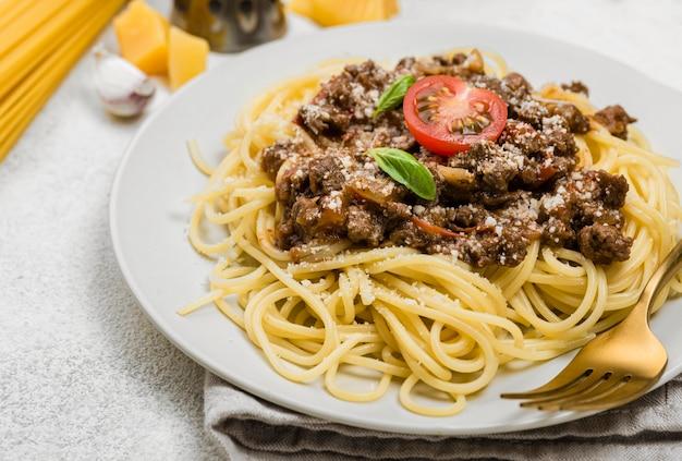 Plato con primer plano de espagueti a la boloñesa