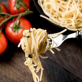 Plato de primer plano con espagueti con verduras