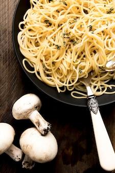 Plato de primer plano con espagueti