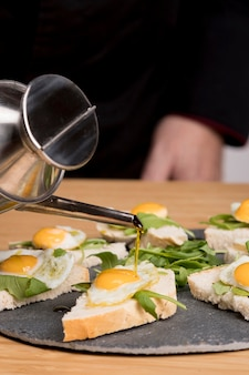 Plato de primer plano con huevos fritos