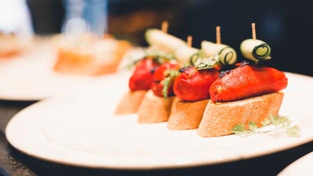 Plato de primer plano con sándwiches abiertos