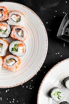 Plato de primer plano con sushi