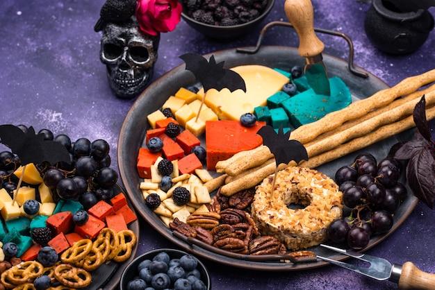 Plato de queso de aperitivos de halloween con bocadillos