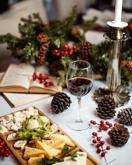 Plato de queso y copa de vino