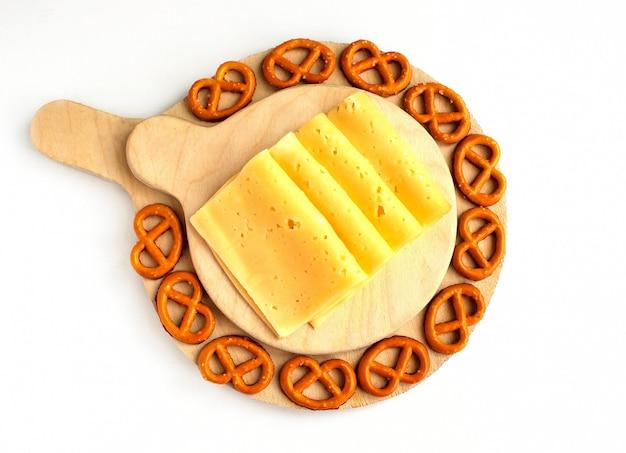 Plato de queso crudo sobre fondo rústico, vista superior