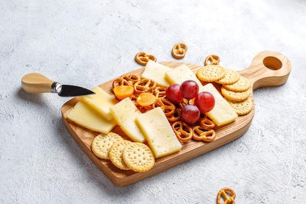 Plato de queso con delicioso queso tilsiter y bocadillos.