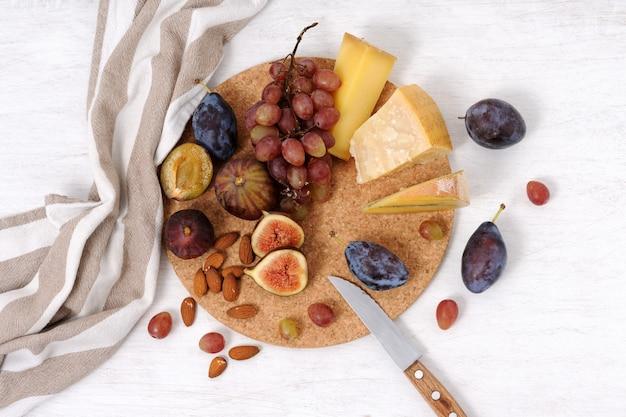 Plato con queso y frutas