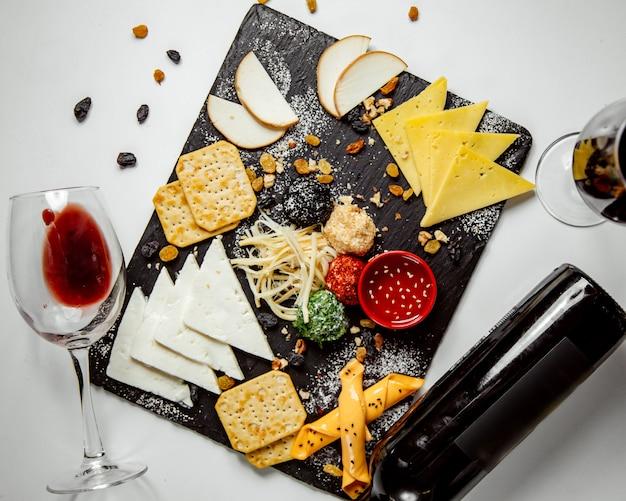 Plato de queso con galletas y salsa