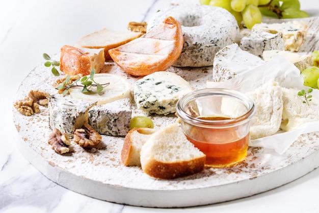 Plato de queso con miel