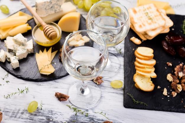Plato de queso. plato de queso. variedad de queso