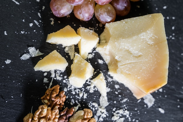 Plato de queso servido con uva y nueces