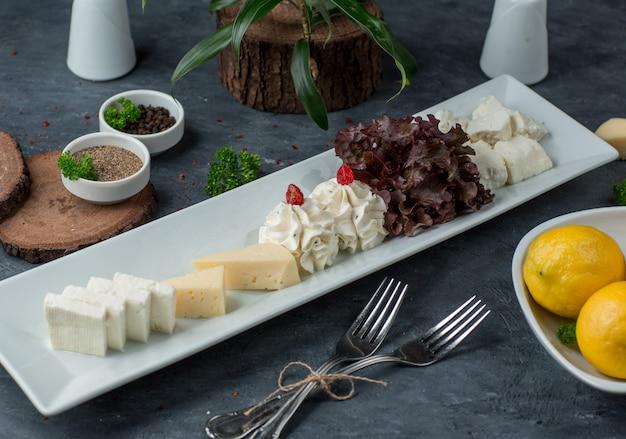 Plato de queso sobre la mesa