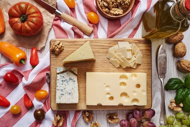 Plato de queso con verduras y suministros vista superior