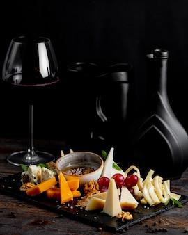 Plato de quesos con copa de vino