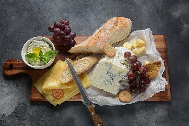 Plato de quesos con quesos variados