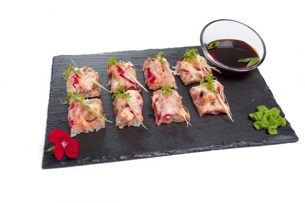 Plato rectangular negro con sushi