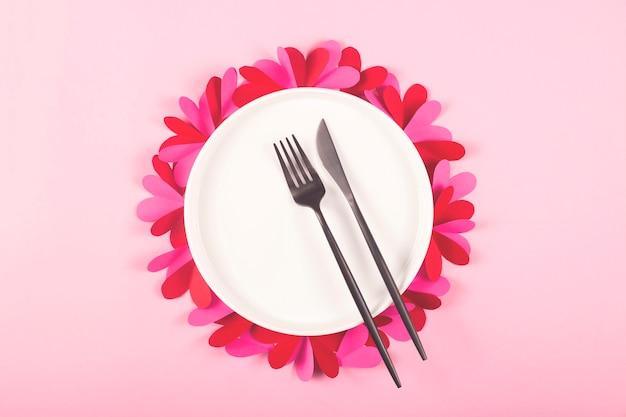 Plato redondo vacío con corazones para el día de san valentín.