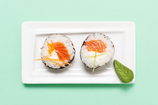 Plato con rollos de sushi con pescado crudo