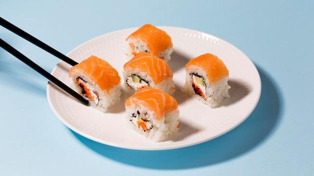 Plato con rollos de sushi