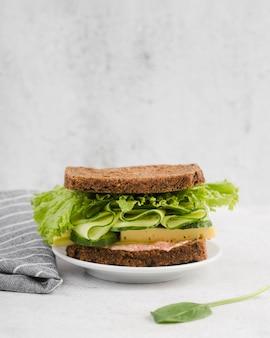 Plato con sabroso sandwich