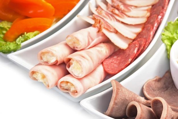 Plato de salchichas y verduras variadas