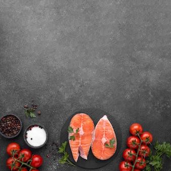 Plato de salmón minimalista y tomates planos laicos