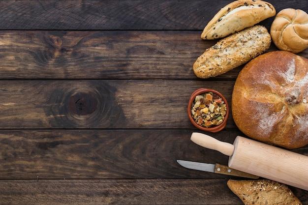Plato con snack y panadería en el escritorio