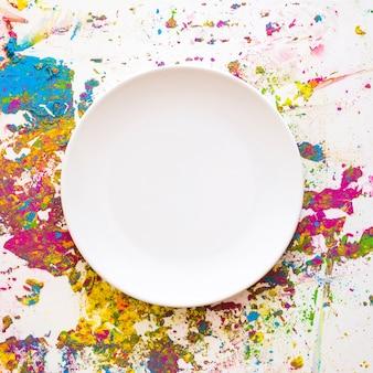 Plato sobre desenfoques de diferentes colores secos y brillantes.