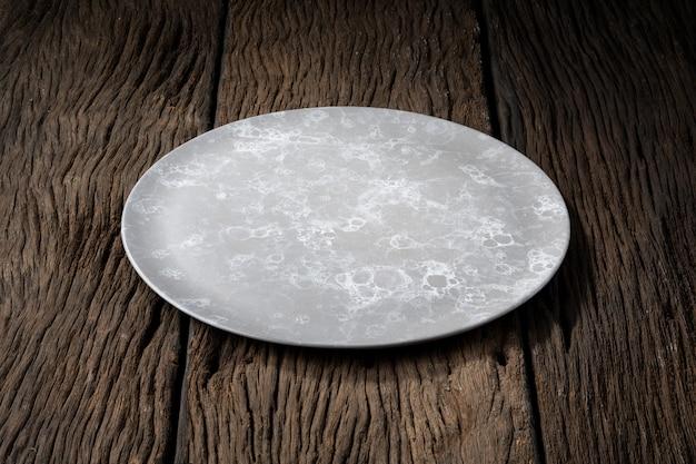 Plato sobre madera clara y sin profundidad de campo.