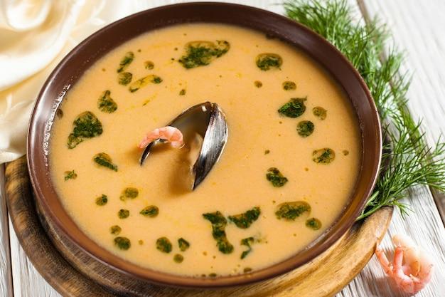 Plato con sopa de camarones y mejillones