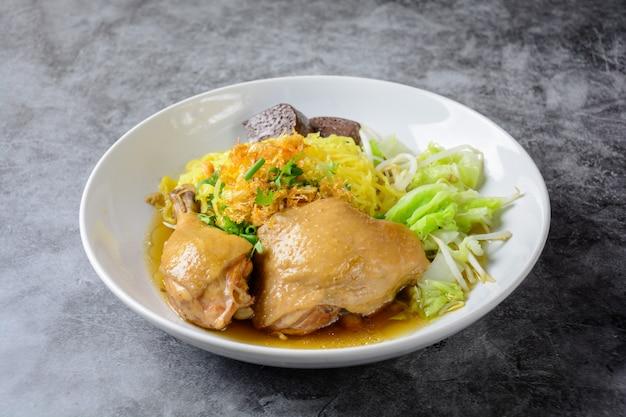 Plato con sopa de pollo fresca casera, fideos y verduras.