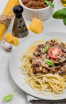 Plato con spaghetii boloñesa de cerca en el escritorio