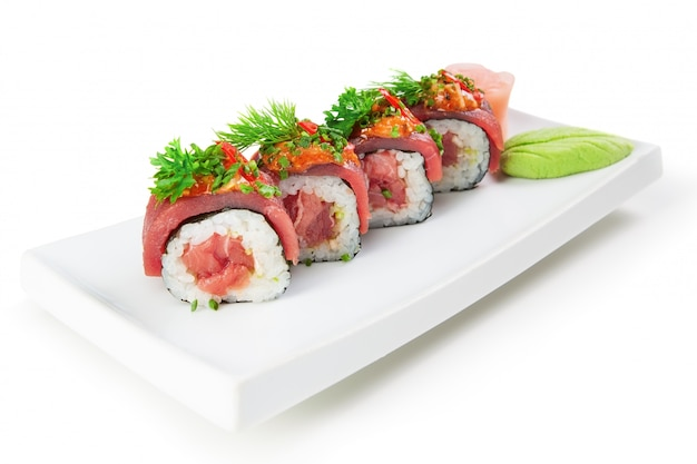Plato de sushi comida asiática. sobre un fondo blanco, primer plano.