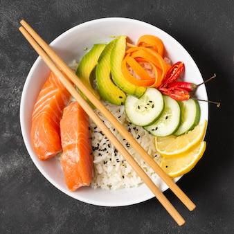 Plato con sushi fresco